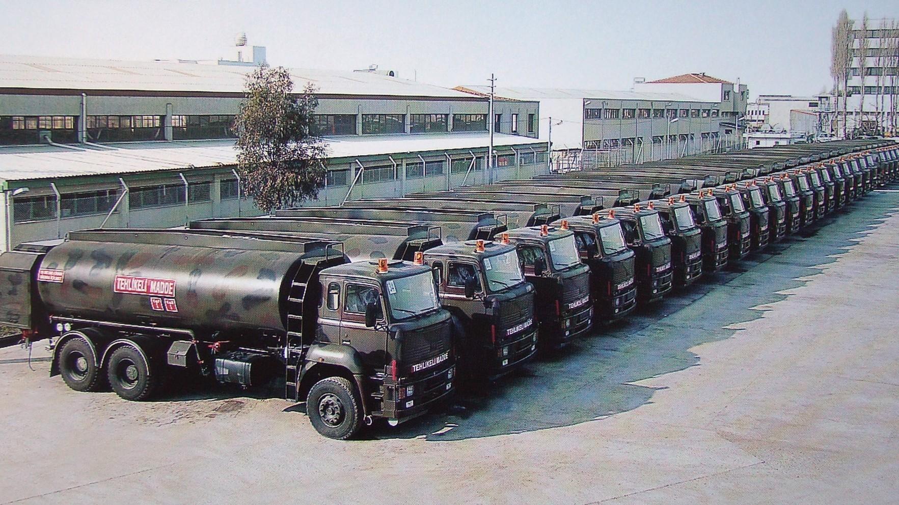 Шеренга топливных автоцистерн на отгрузочной площадке завода ВМС