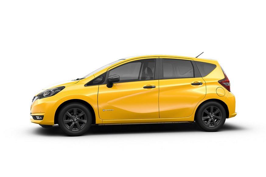 Новый Nissan Note сверкнул светодиодами на свежем фото. Модель могут представить осенью
