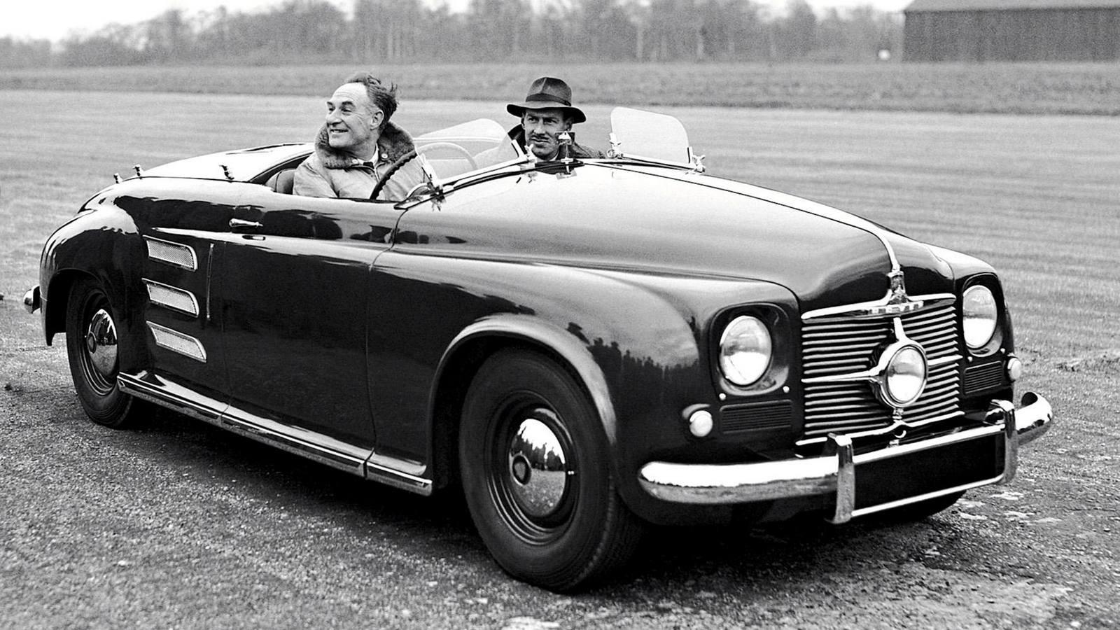В 1946 году, не имея понятия, к чему приведут её старания, фирма Rover приступила к созданию экспериментальной открытой двухместной машины Jet-1 с задним расположением двигателя. Затем ушло еще три года на доработку базового легкового шасси Р-4 без коробки передач, на выбор схемы ГТД и испытания первого работоспособного двигателя Т-5 в 100 сил. Его центробежный компрессор вращался с частотой до 40 тысяч оборотов в минуту, а вал турбины развивал 26 тысяч, для чего была введена понижающая передача на колеса.Публичная демонстрация автомобиля Jet-1 сопровождалась шумной рекламной кампанией (фото R. Gerelli)Презентация Jet-1 состоялась в марте 1950 года. Через два года начались испытания модернизированного варианта с 230-сильной турбиной Т-8. Такой ГТД отличался плавностью работы, но слишком высокая рабочая температура потребовала применения редких и дорогих материалов, а расход авиационного керосина достигал 50 литров на 100 километров.Единственная сохранившаяся машина Rover Jet-1 образца 1950 года в лондонском Музее науки (фото автора)В 1956 году фирма Rover вернулась к ГТД второго поколения с новой 100-сильной турбиной 2S/100 и теплообменником производства компании British Leyland. Ее смонтировали в задней части полноприводного автомобиля Т-3 с двухместным стеклопластиковым кузовом на сварной раме с алюминиевыми усилителями и дисковыми тормозами. Максимальная скорость достигала 170 км/ч, расход топлива сократился до 22 литров, но в то время компания уже не могла выделить крупных средств на продолжение этих работ.Испытания уникального полноприводного концепт-кара Rover T-3 с задней установкой ГТД. 1956 годГазотурбинный автомобиль-купе T-3 в экспозиции Heritage Motor Centre в ГайдонеНесмотря на огромные расходы, в 1961-м появилась переднеприводная легковушка Т-4 с 140-сильным агрегатом 2S/140 переднего расположения и четырехместным несущим кузовом для будущей серийной модели Rover-2000. Она стала самой быстроходной дорожной машиной с ГТД (около 200 км/ч) и с места до «с
