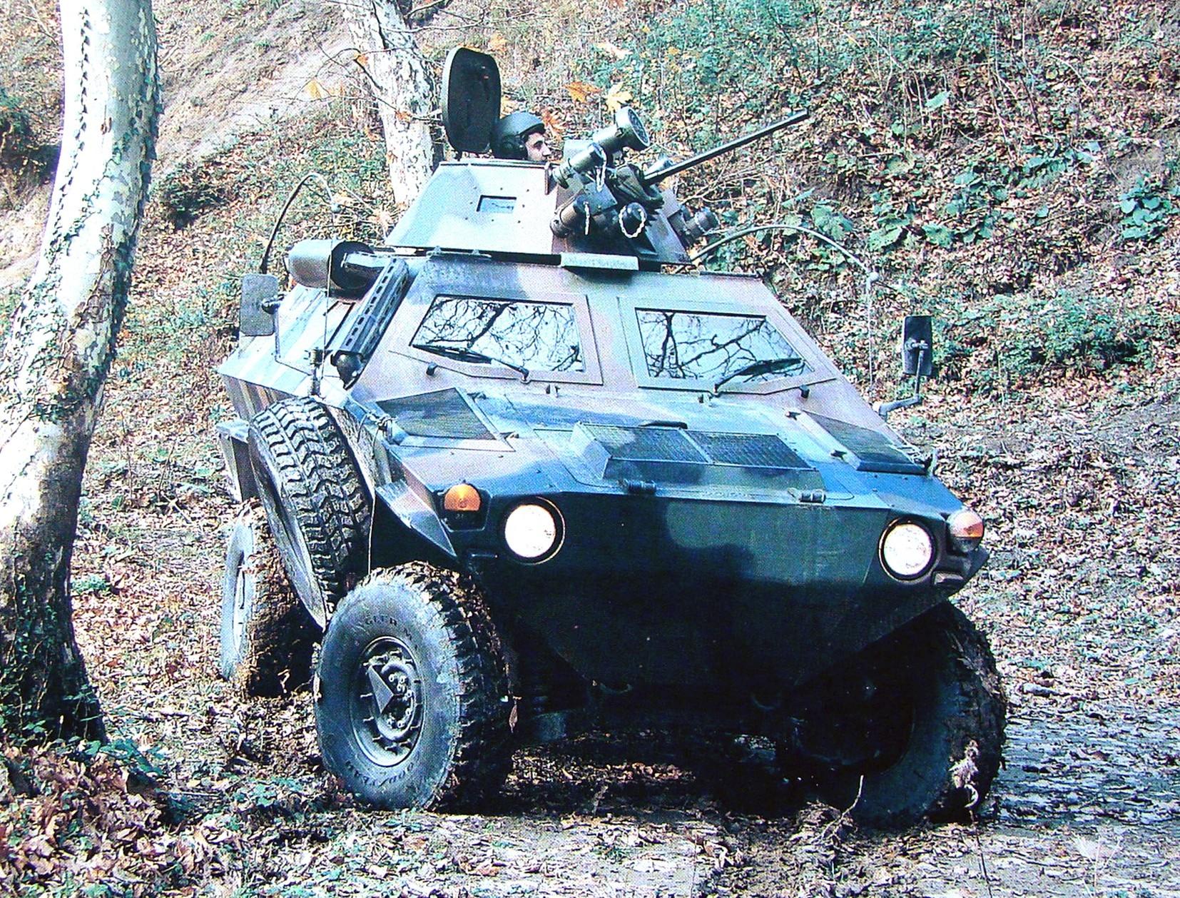 Боевая машина Cobra с 7,62-мм пулеметом в одноместной башне