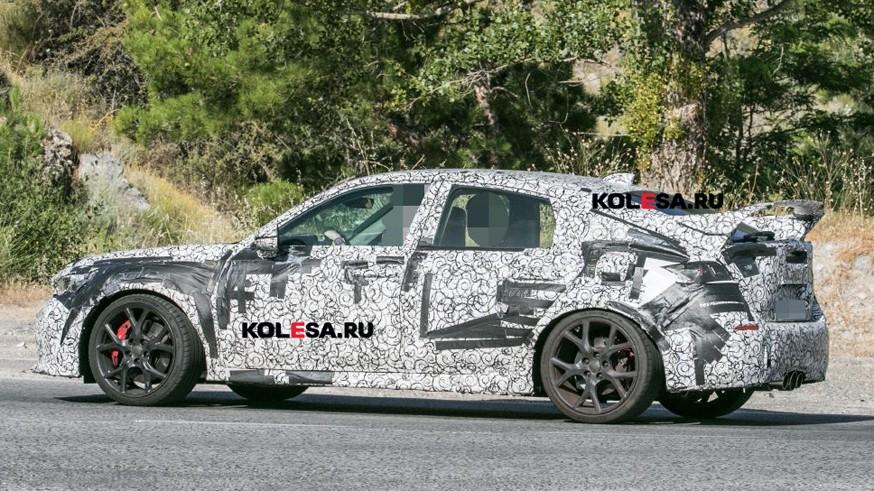 Honda тестирует Civic Type R нового поколения: хэтчбек проехался на камеру