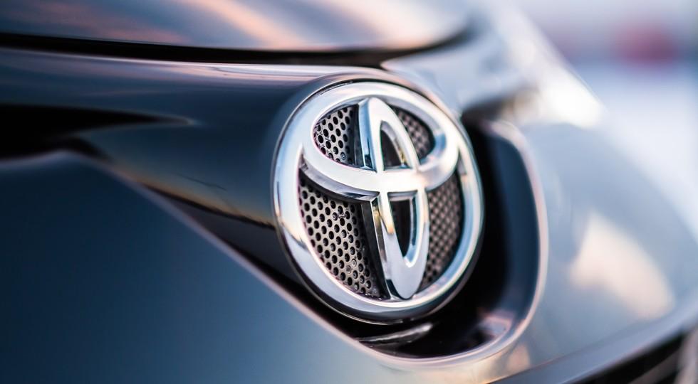 На фото: логотип Toyota