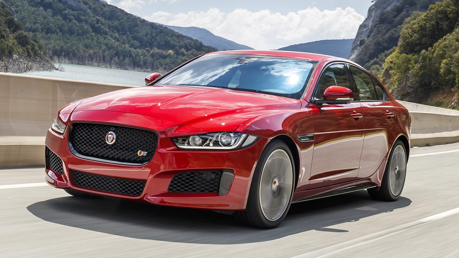 На фото: Jaguar XE S