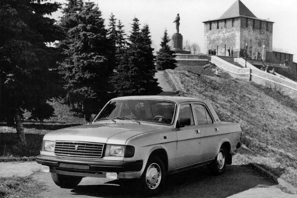 Первая Волга российского периода на фоне Нижегородского Кремля