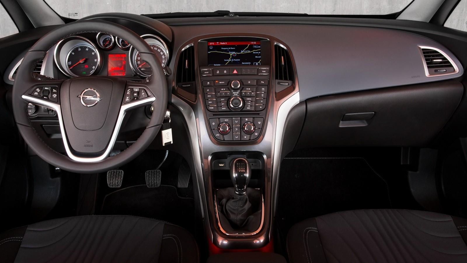 На фото: Торпедо Opel Astra (J) '2012–15