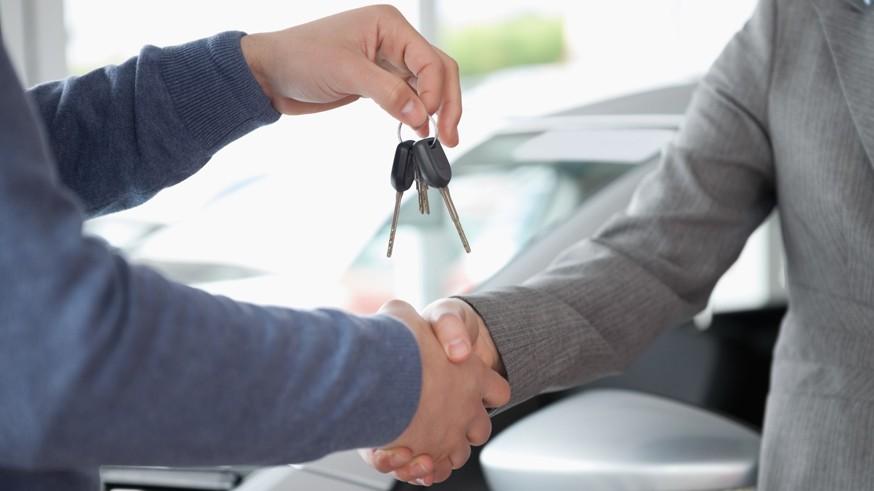 Штрафовать за езду без номеров пока не будут: дилеры не готовы сами ставить машины на учёт