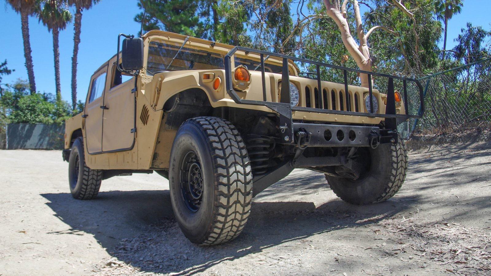Hummer AM General HMMWV M998 спереди