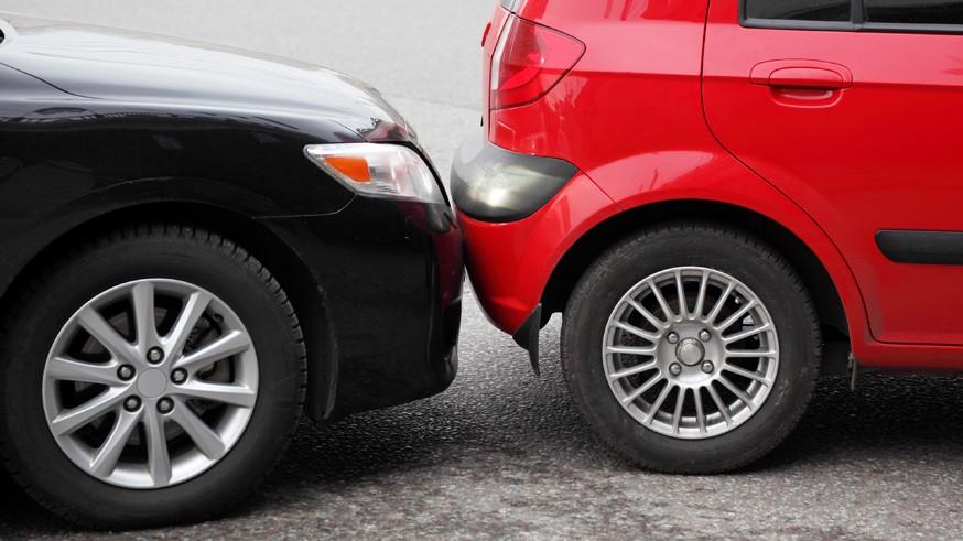 Авторы инициативы пояснили, что более мягкое наказание необходимо, так как в некоторых случаях водитель может не знать, что он покидает место аварии. Например, если случай произошёл на шумной дороге или на парковке. Помимо этого нередко подобными «автоподставами» занимаются преступники.Бывают также случаи, когда участники ДТП пришли к соглашению и не имеют друг к другу претензий, но не оформляют европротокол. В итоге водителя, покинувшего место ДТП, могут привлечь к административной ответственности и лишить права управлять ТС.Помимо этого автомобилист может оставить место аварии в экстренной ситуации: к примеру, если пассажир нуждается в срочной медицинской помощи. В документе указано, что, для того, чтобы избежать наказания, водителю надо будет обратиться в суд, где потребуется представить соответствующие доказательства.Согласно законопроекту, нужно поправить часть 2 статьи 12.27 КоАП. Наряду с действующими административными наказаниями депутаты предлагают ввести дополнительно штраф в размере 10 тыс. рублей или возможность лишения прав на срок менее 1 года.В конце прошлого года депутаты от фракции ЛДПР предлагали вернуть отмененный более 10 лет назад штраф ГИБДД – речь идёт об альтернативном наказании для автомобилистов, покинувших место несерьёзной аварии: штраф в размере 5 тыс. рублей . Напомним, это наказание применялось до 2007 года, затем санкции ужесточили.Напомним, в прошлом месяце были окончательно одобрены поправки , которые сделали наказание за ДТП с жертвами для скрывшихся с места происшествия водителей более суровым. Так, теперь если авария привела к причинению тяжкого вреда здоровью пострадавших, то виновнику будет грозить от 3 до 7 лет лишения свободы (раньше максимальный срок был ограничен 4 годами).Если в такой аварии погиб один человек, то виновник получит от 5 до 12 лет тюрьмы (раньше виновников сажали в тюрьму на срок от 2 до 7 лет). Если жизни лишились двое и более пострадавших, то водителя по новым правилам ждут 8 – 15 лет лишения свободы (а не