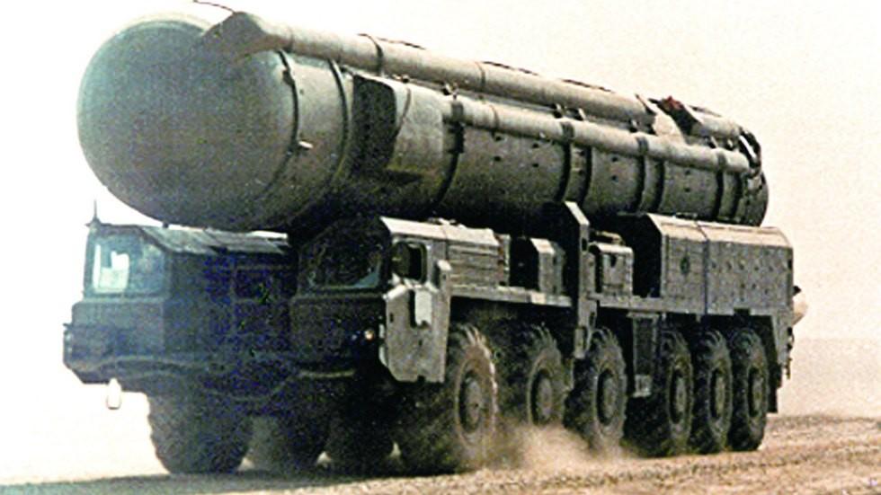 На марше транспортно-перегрузочный агрегат 15Т116 с контейнером (из архива НИИЦ АТ)