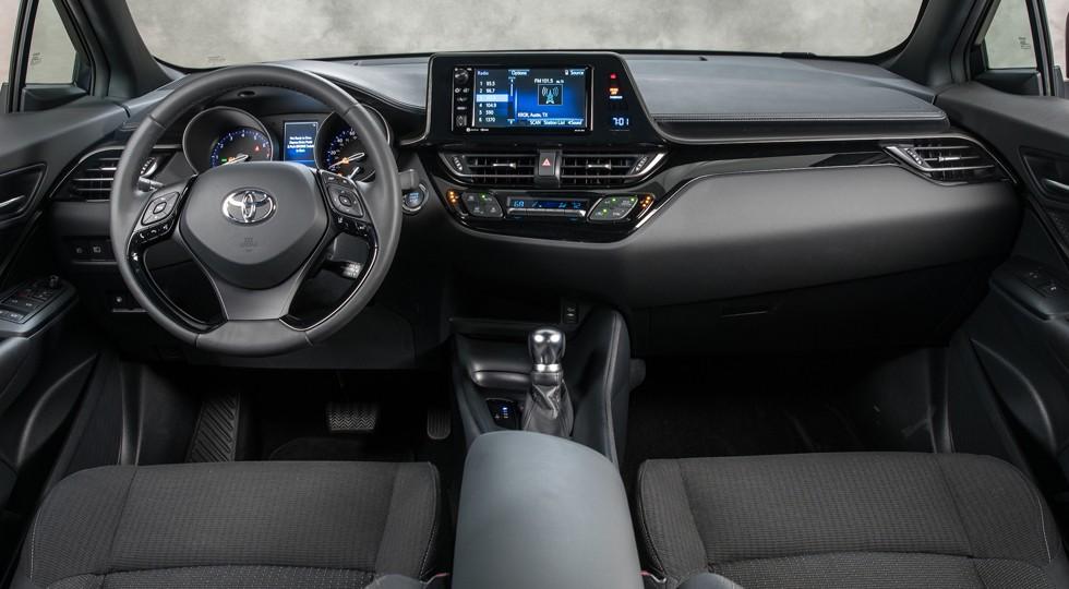 На фото: салон Toyota C-HR