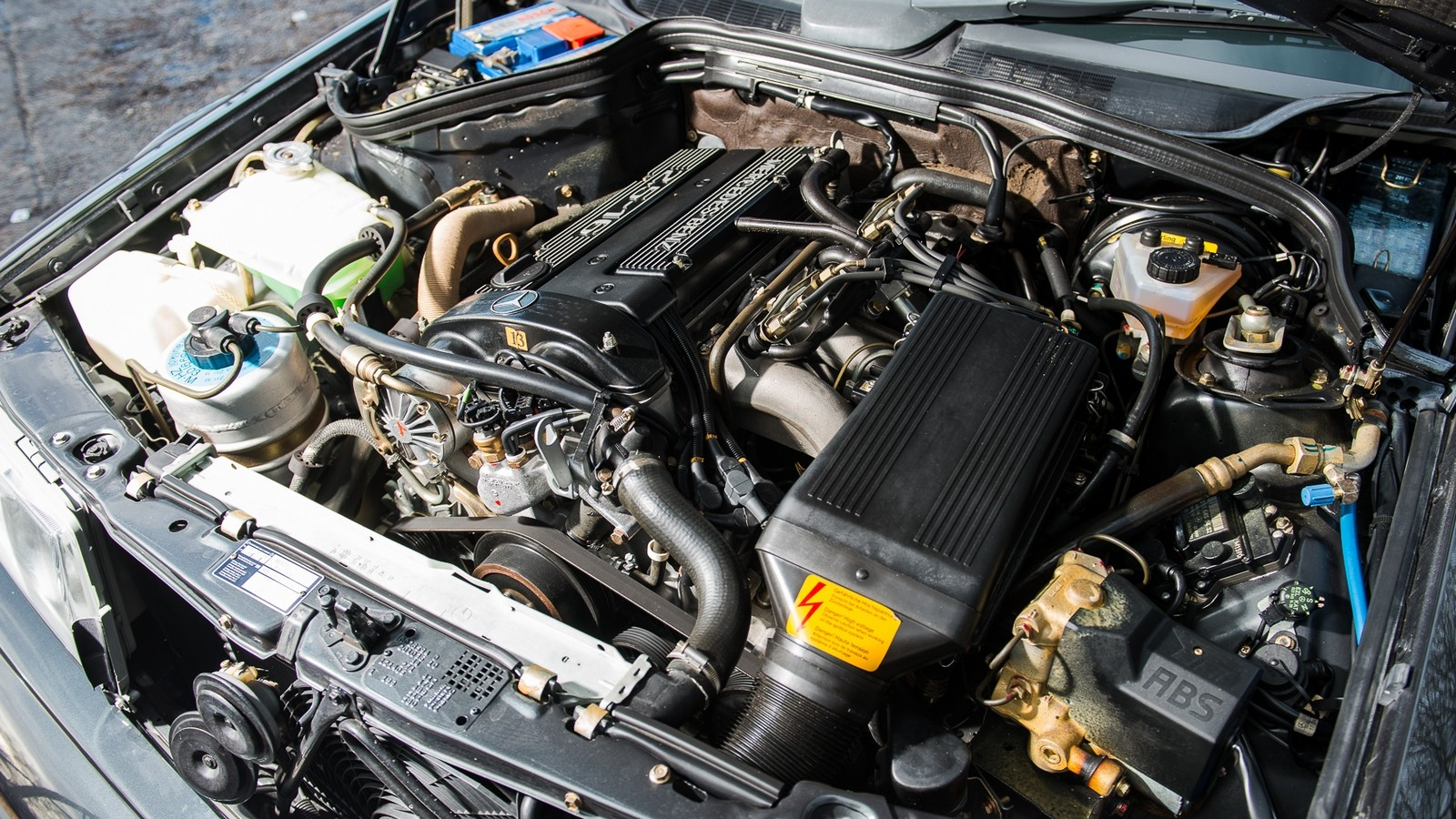 На фото: Под капотом Mercedes-Benz M102.992