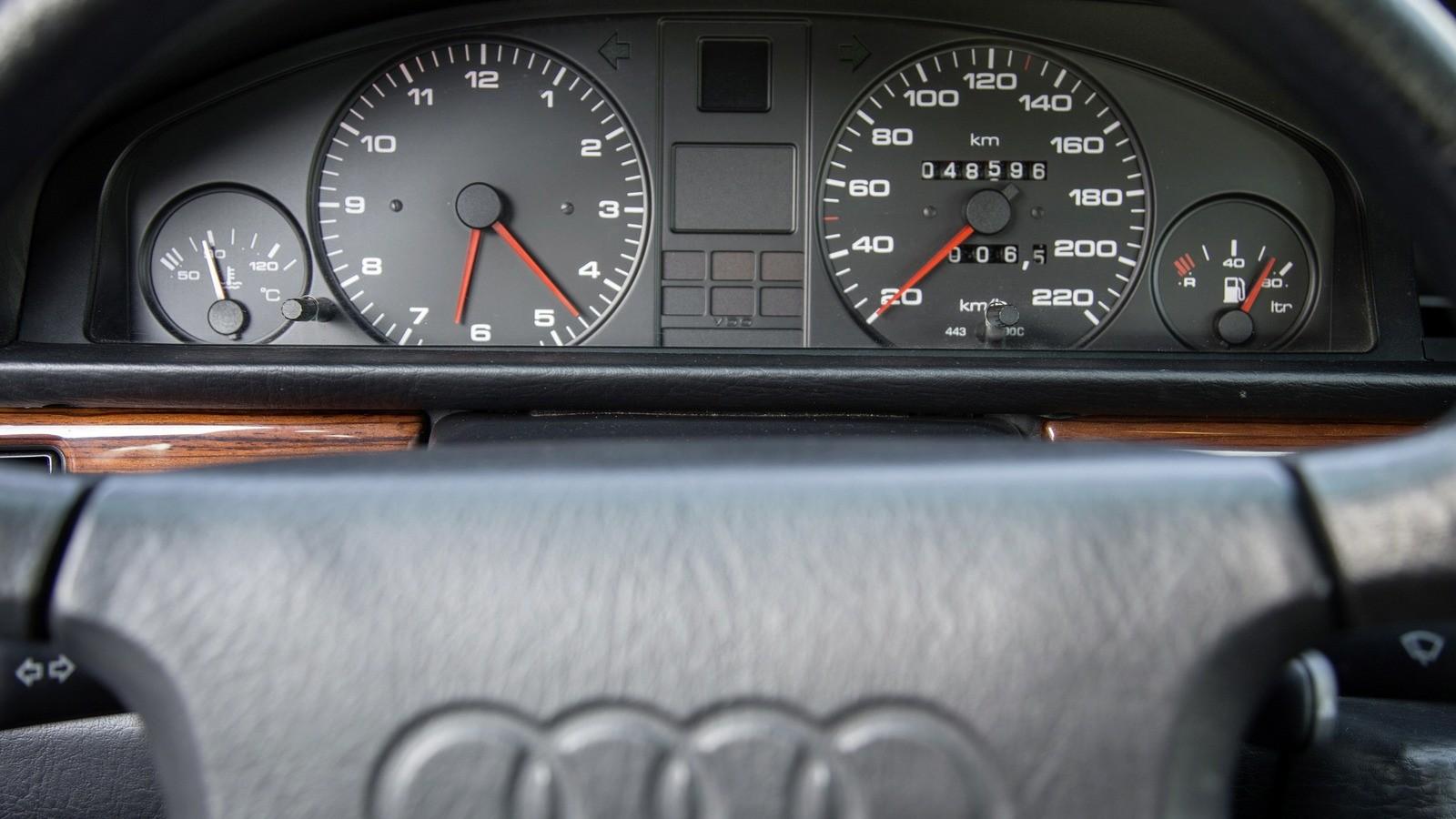 Часы вместо тахометра – на немецких автомобилях восьмидесятых такое можно было встретить даже в бизнес-классе!