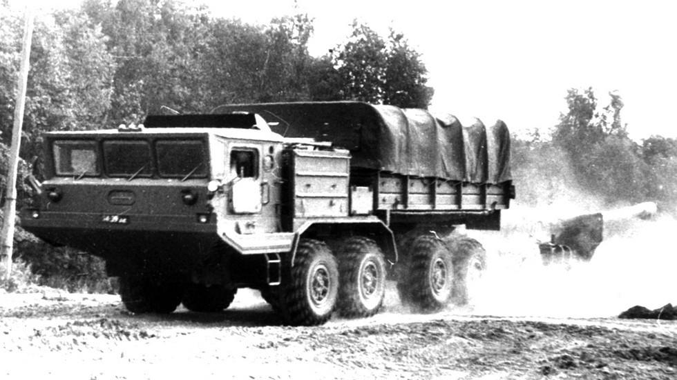 БАЗ-6953 буксирует четырехколесную 152-мм пушку 2А36 «Гиацинт-Б»