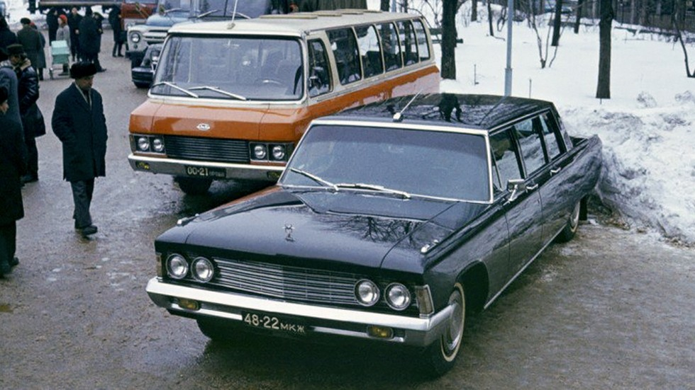 Микроавтобусы слегка модернизировали вместе с «исходниками» — представительскими лимузинами ЗИЛ