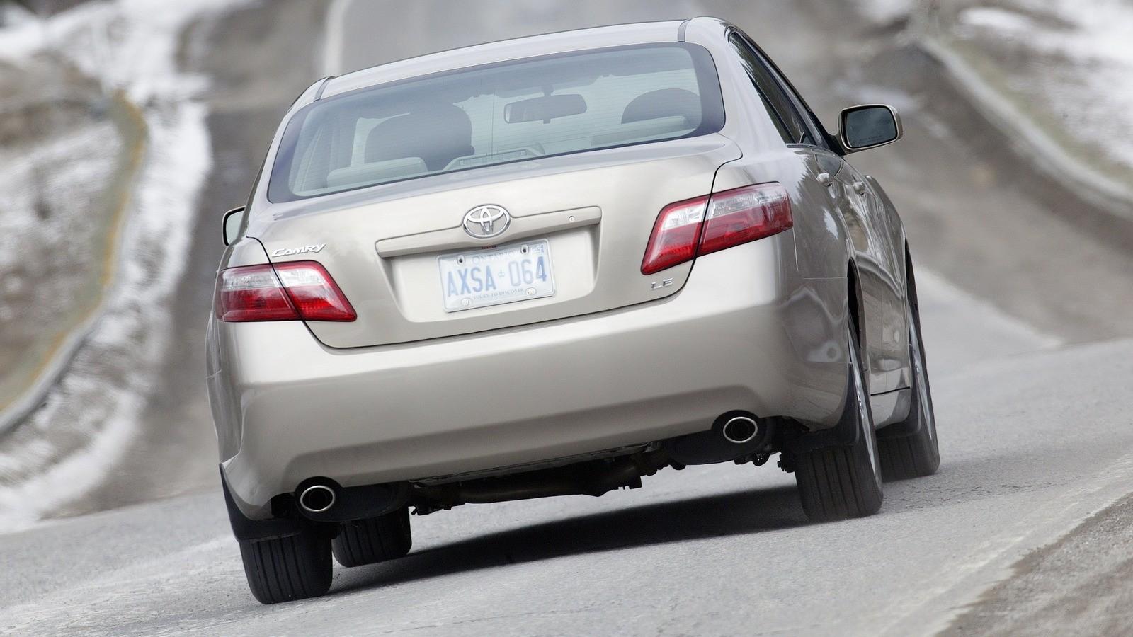 На фото: Toyota Camry LE '2006–09
