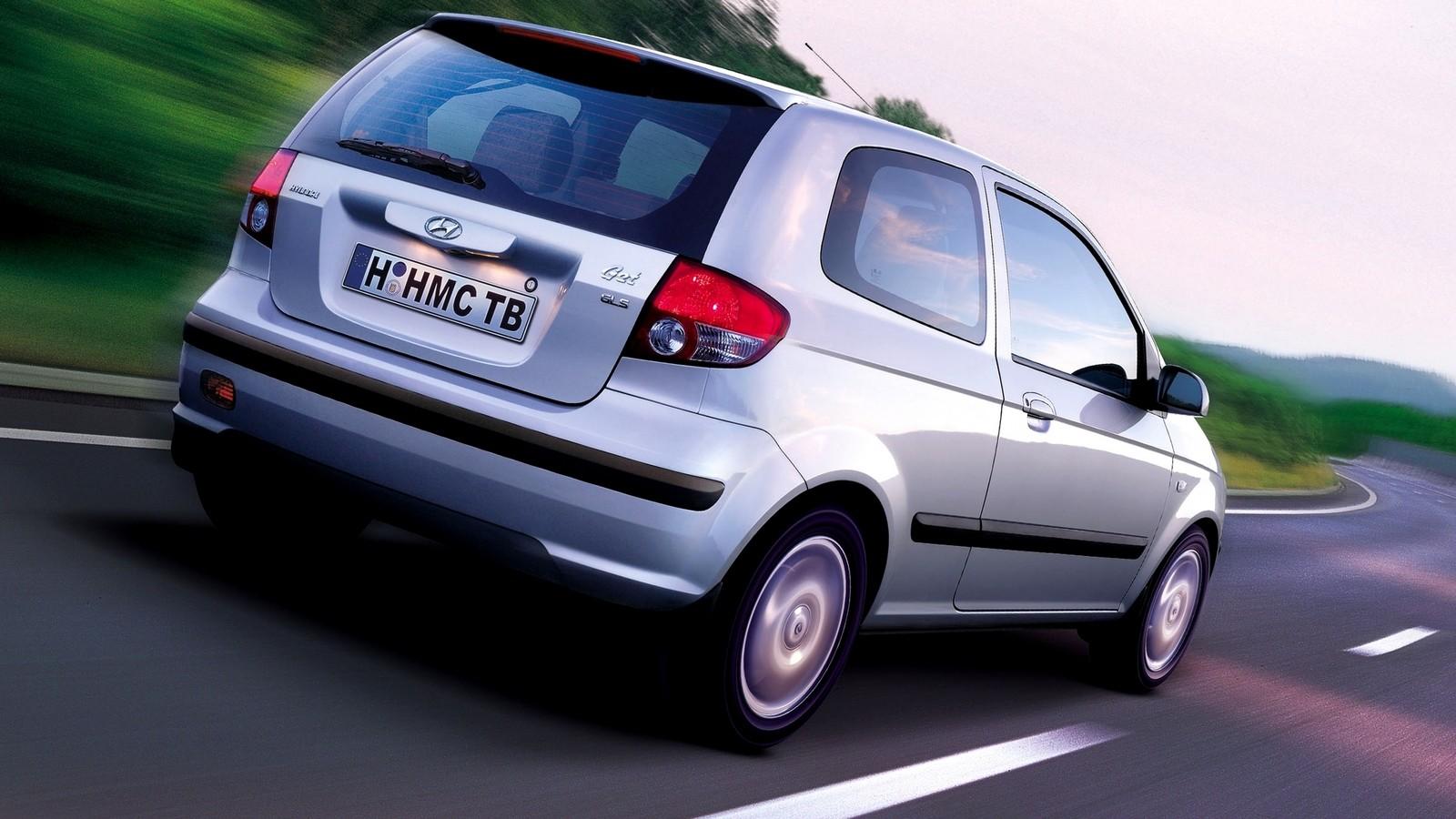Hyundai Getz серый на ходу вид сзади