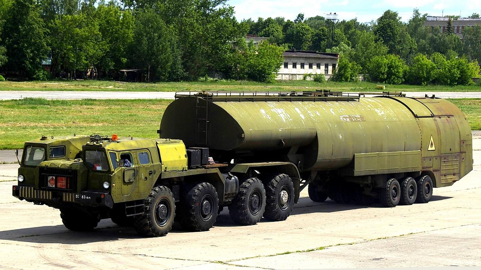 МАЗ-74103 с полуприцепным топливозаправщиком ТЗ-60 (фото М. Чега)