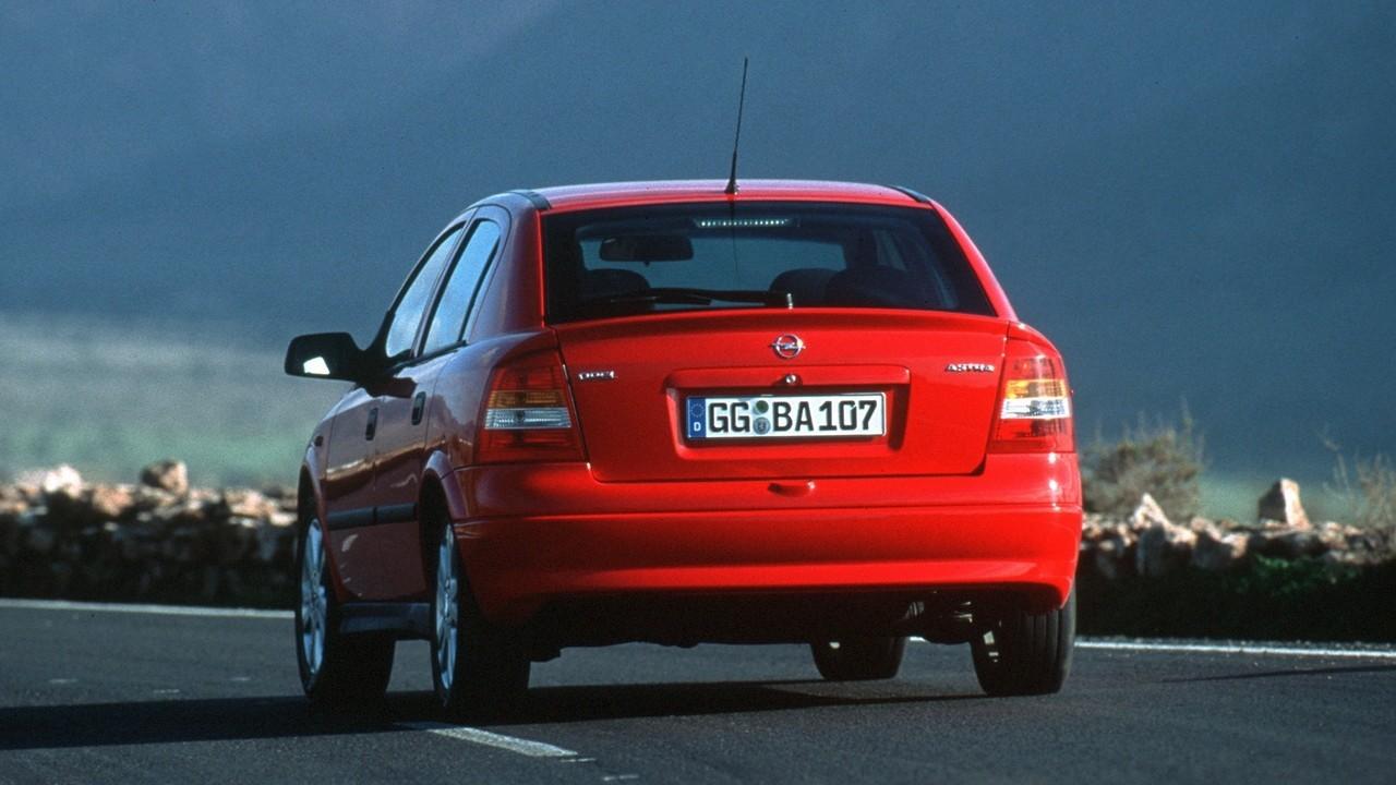 На фото: Opel Astra 5-door (G) '1998–2004