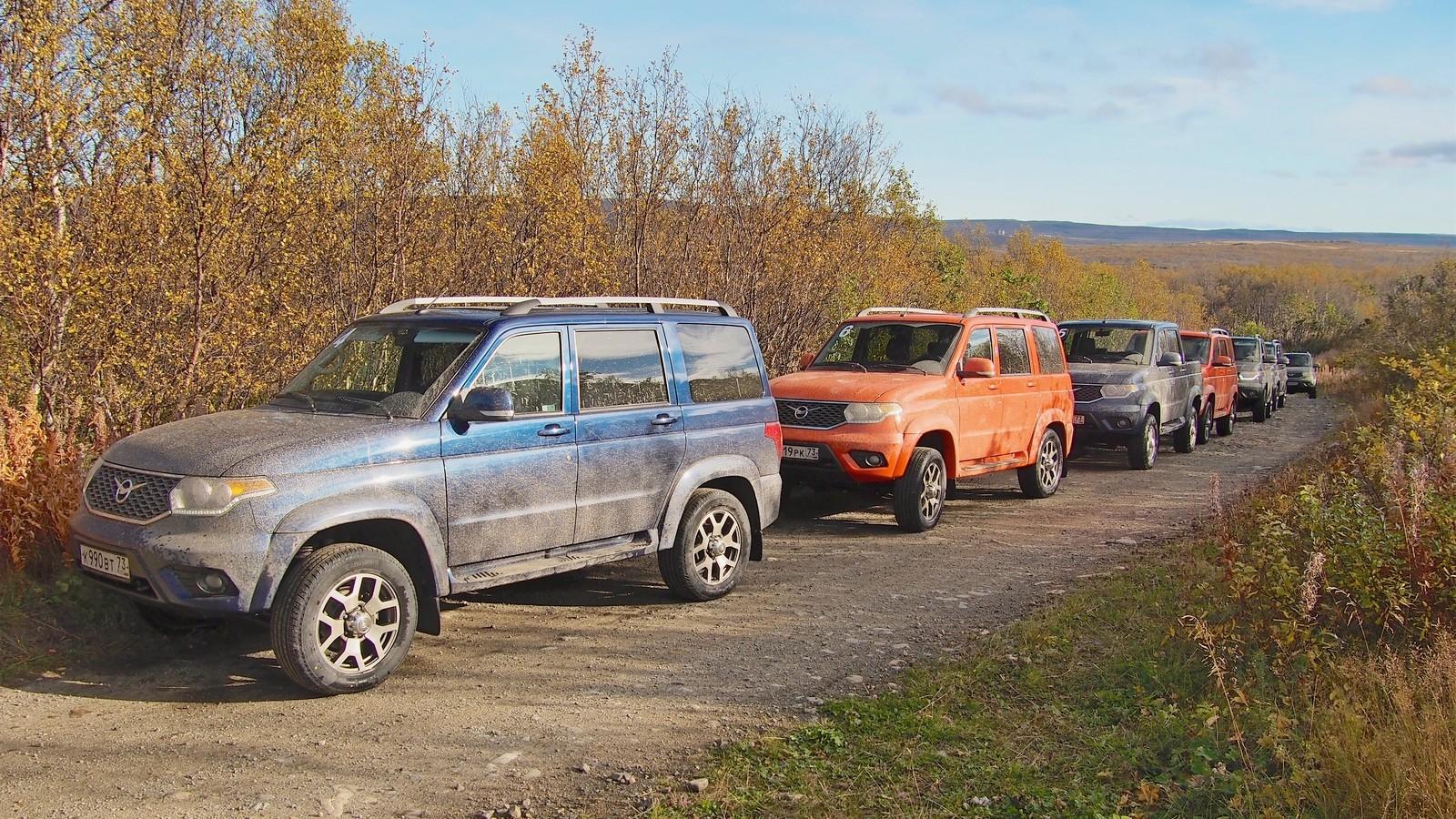 УАЗ Патриот на грунтовой дороге