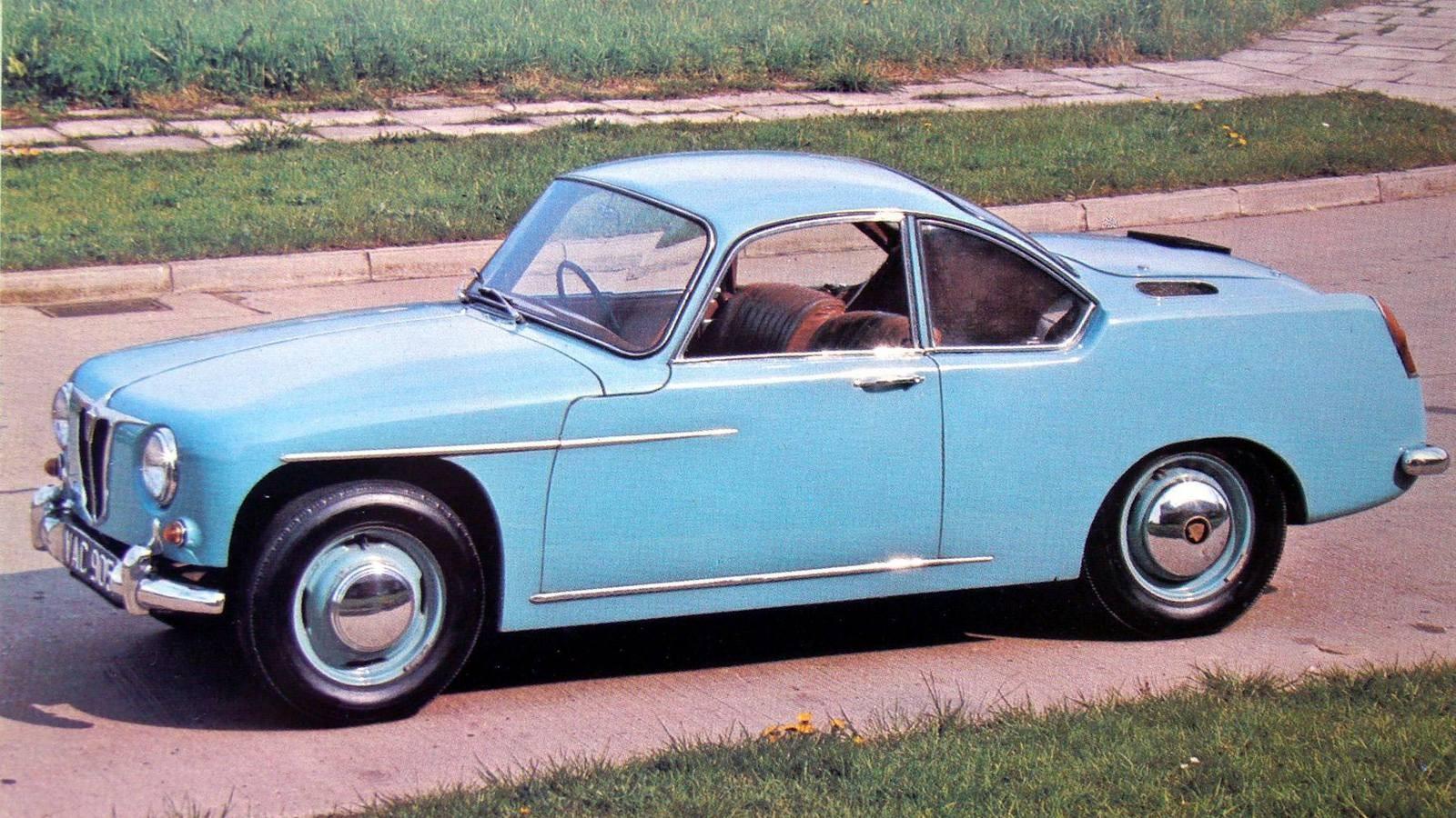 Газотурбинный автомобиль-купе T-3 в экспозиции Heritage Motor Centre в ГайдонеНесмотря на огромные расходы, в 1961-м появилась переднеприводная легковушка Т-4 с 140-сильным агрегатом 2S/140 переднего расположения и четырехместным несущим кузовом для будущей серийной модели Rover-2000. Она стала самой быстроходной дорожной машиной с ГТД (около 200 км/ч) и с места до «сотни» разгонялась за восемь секунд.Листалка из 3 фото с разными подписямиПодготовка к испытаниям четырехдверного седана Rover T-4 с передним приводом. 1961 годПоследняя газотурбинная машина компании Rover с кузовом, созданным для серийной модели Rover-2000Газотурбинный автомобиль Rover Т-4 из коллекции музея Heritage Motor Centre GaydonДополнением к серии Т-4 был удлиненный приземистый спортивный вариант Rover-BRM с задним приводом и двухместным кузовом купе, созданный совместно с фирмой BRM. До середины 1970-х он служил престижным и дорогим дорожным автомобилем и участвовал в крупных международных автогонках.Престижный дорожный вариант спортивного автомобиля Rover-BRM с газовой турбиной. 1965 годГазотурбинный уникум FIATС 1948 года разработкой скоростной газотурбинной машины Turbina занимался итальянский концерн FIAT, приняв за основу своё «нормальное» спортивное купе модели 8V и конструкции авиационных турбовинтовых моторов. Ее шасси собрали в феврале 1954-го, а 10 апреля на свет появился эффектный обтекаемый красно-белый автомобиль с задними стабилизаторами, способный развивать скорость 250 км/ч.Спортивная газотурбинная машина FIAT Turbina в Museo dell' Automobile di Torino. 1954 годАвтомобиль FIAT Turbina с задним силовым агрегатом и автоматической трансмиссией модели 8001Главной особенностью 300-сильного ГТД заднего расположения была особая трансмиссия модели 8001, автоматически регулировавшая рабочие режимы компрессора и тяговой турбины. При этом свежий воздух засасывался спереди и подавался к заднему компрессору по центральному тоннелю.При желании на этой схеме можно разглядеть всю «механическую 