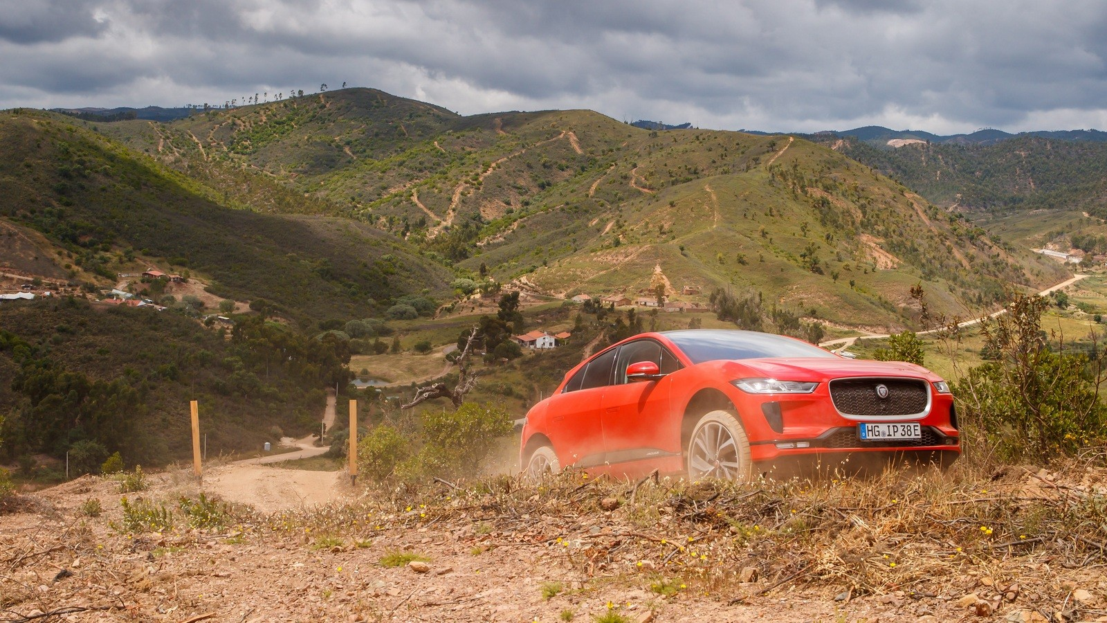 Jaguar I-PACE красный в горах